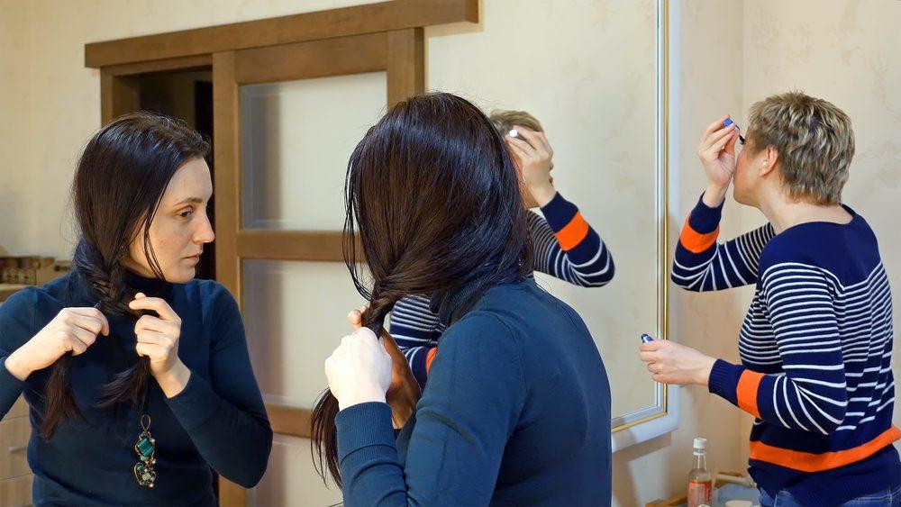 Généralement, personne dans la salle de bain n'a besoin de vous entendre vous et votre collègue ou amie parler.