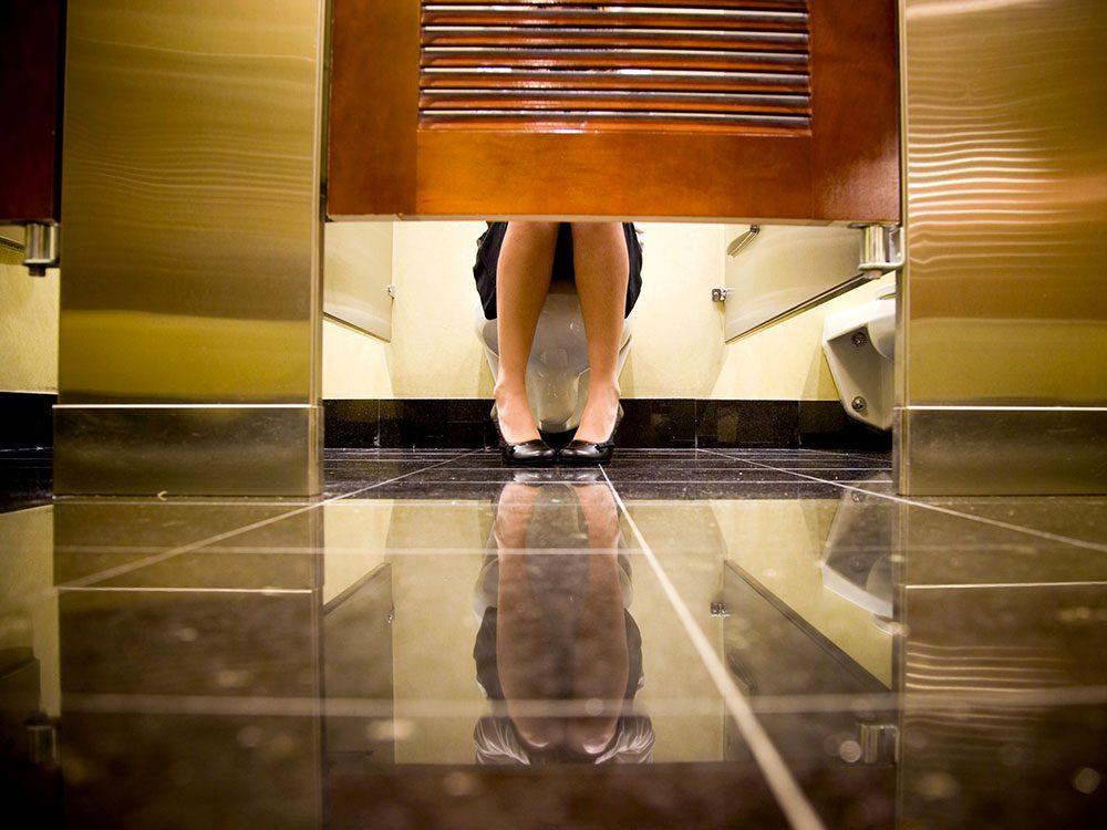 Dans les toilettes publiques, aites ce que vous avez à faire, mais aussi silencieusement que possible.