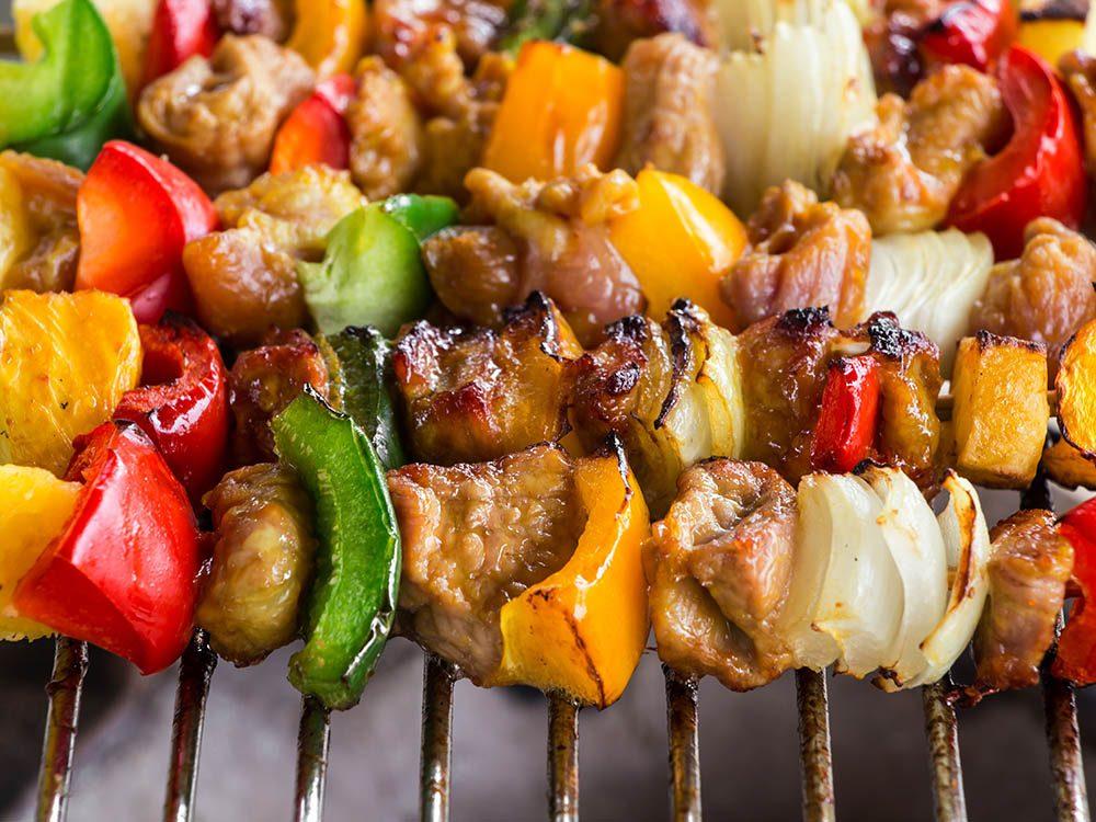 Truc pour le barbecue: utilisez des ustensiles.