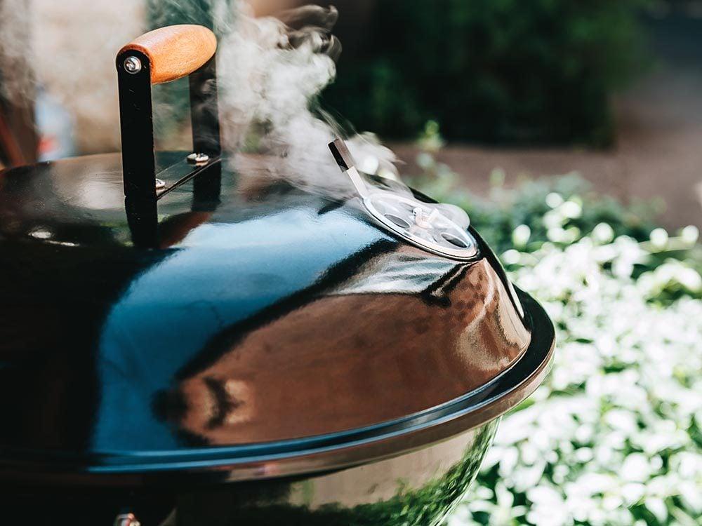 Truc pour le barbecue: servez-vous du couvercle.