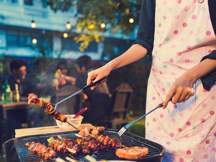 Truc pour le barbecue: servez-vous de vos deux mains.