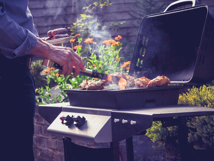 Truc pour le barbecue: évitez de trop retourner les aliments.