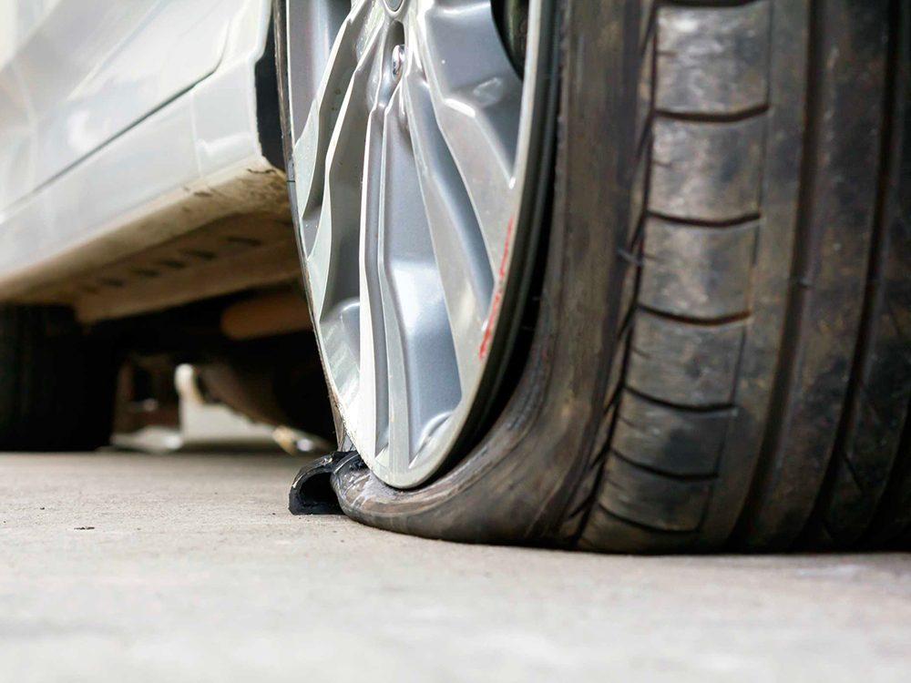 Urgence: vous venez de crever un pneu.