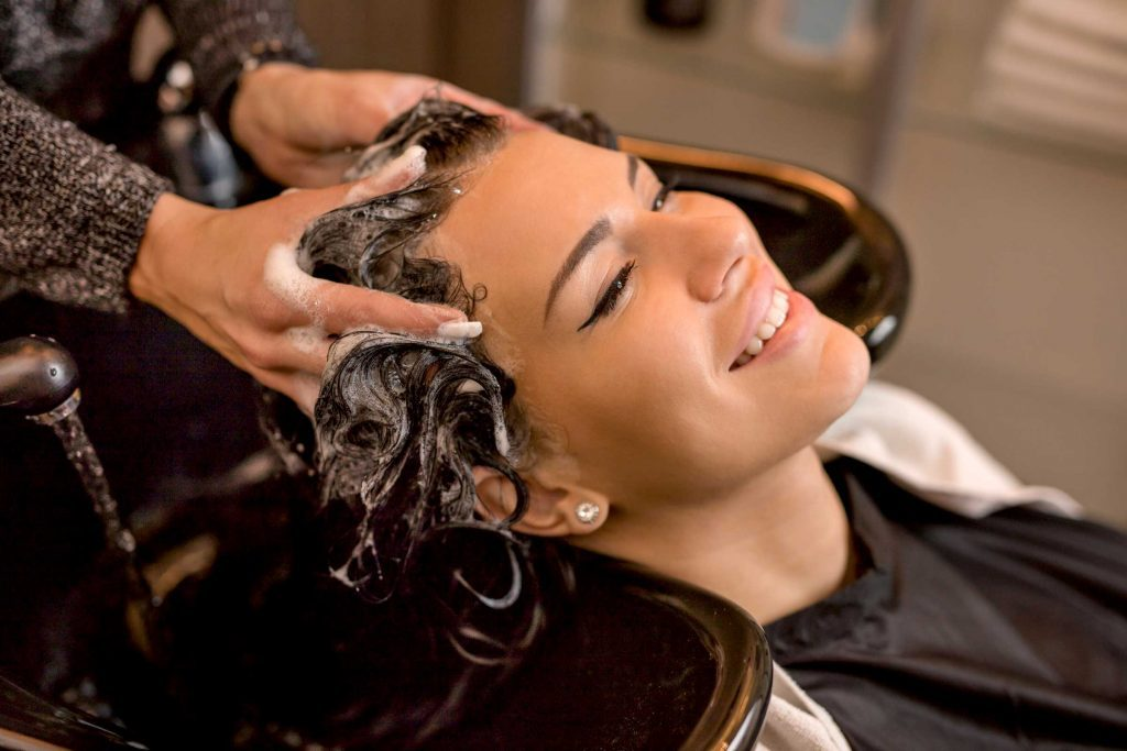 Plusieurs salons de coiffure offrent des traitements revitalisants qui nettoient parfaitement les cheveux et retirent toute trace de sébum.