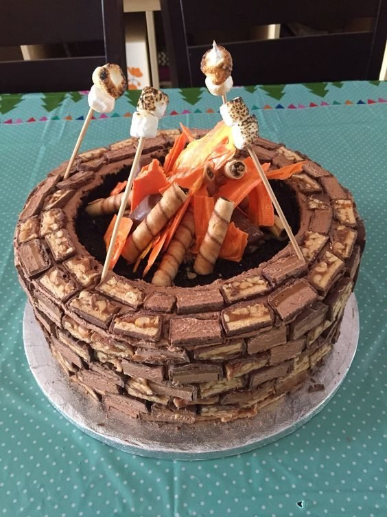 Apprenez à faire ce gâteau aux allures de feu de camps.