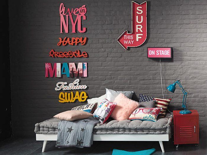 Bien installé sur ce futon que vous pouvez insérer dans votre bureau ou dans un coin du salon, vous aurez la tête aux voyages