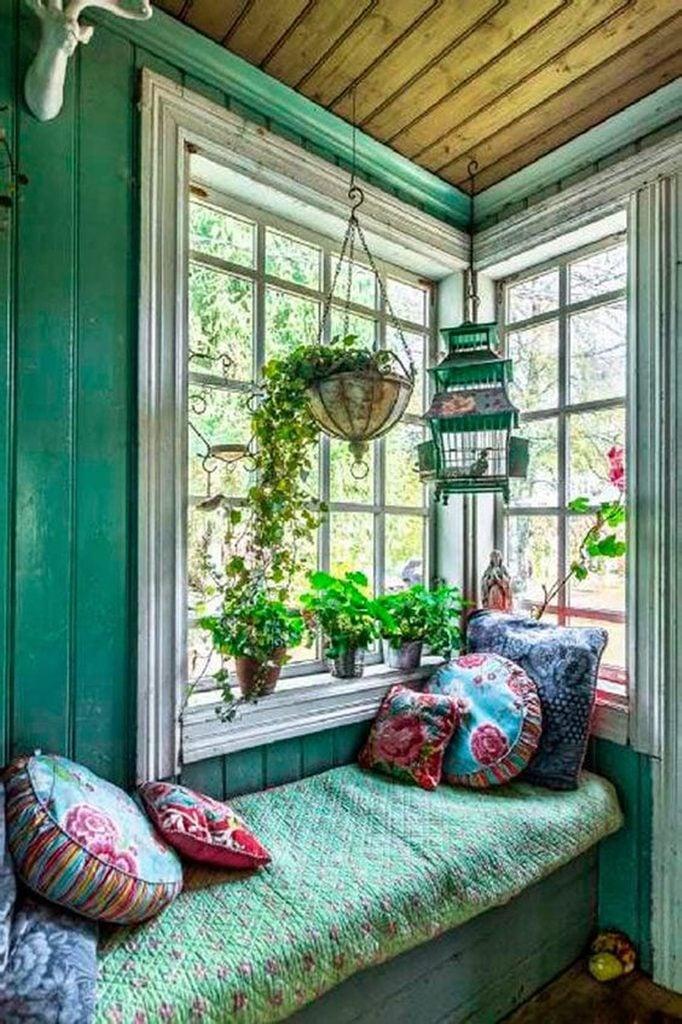 Lové dans les coussins, dans ce coin inondé de lumière grâce aux grandes fenêtres, vous aurez tout le loisir de rêvasser