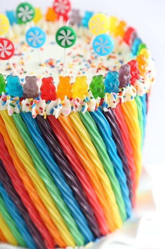 Apprenez à faire ce gâteau arc-en-ciel.