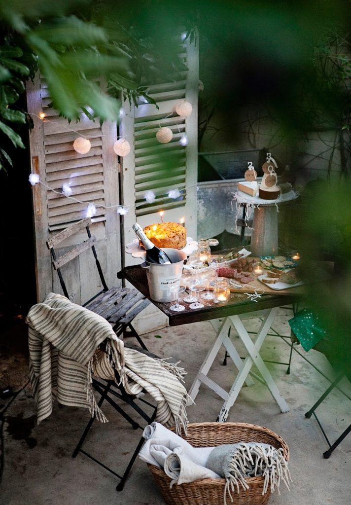 Ce décor est simple mais chaleureux pour votre petit balcon.