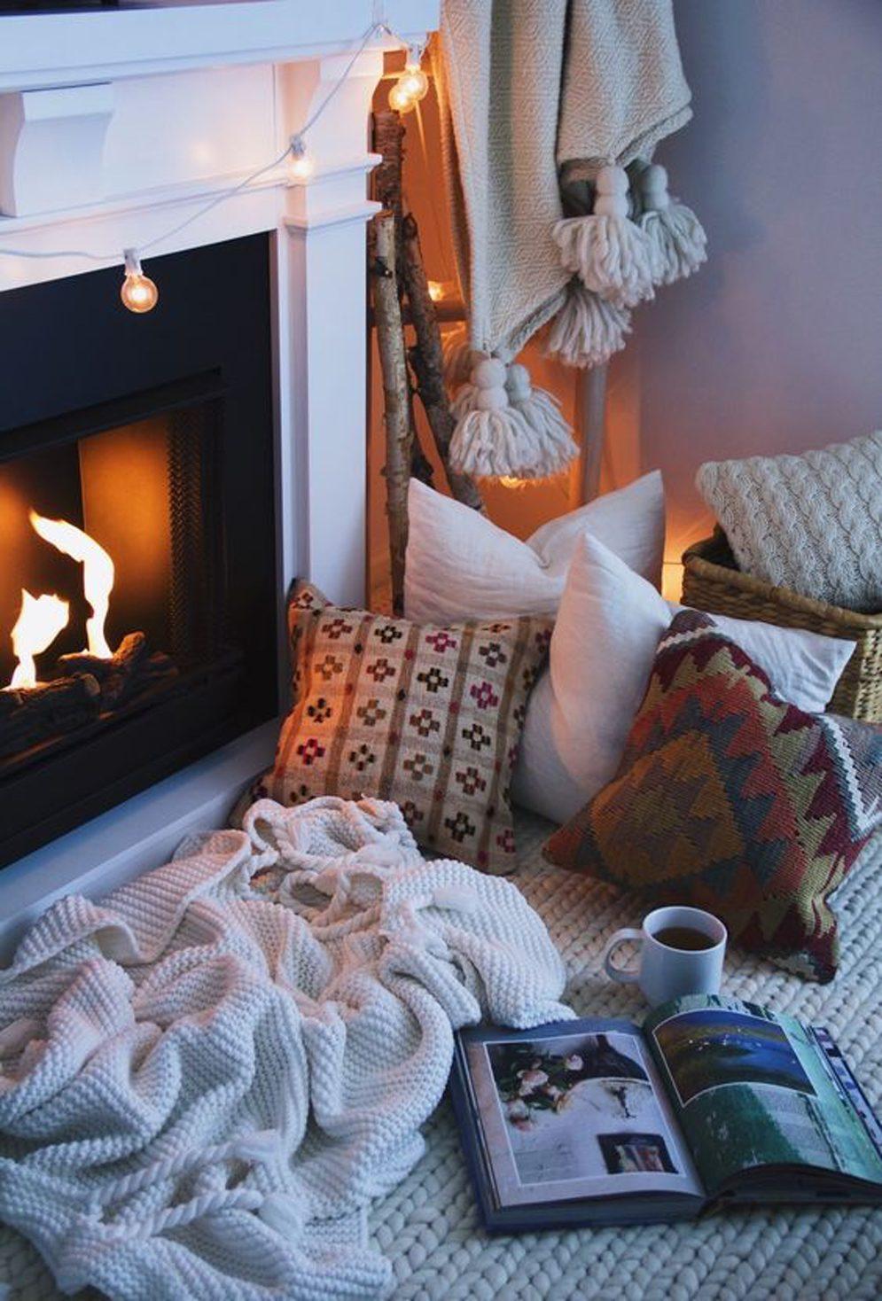 Mettez des coussins et des couvertures par terre et installez quelques guirlandes de lumières pour créer une ambiance chaleureuse.