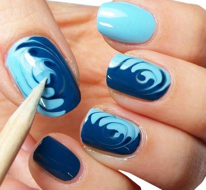 Essayez cette manucure avec des vagues pour l'été.