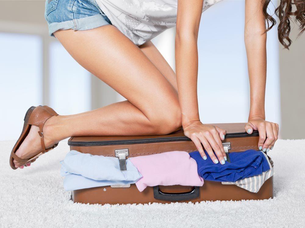 Avant d'arriver à l'aéroport, pesez vos bagages pour éviter un excédent.