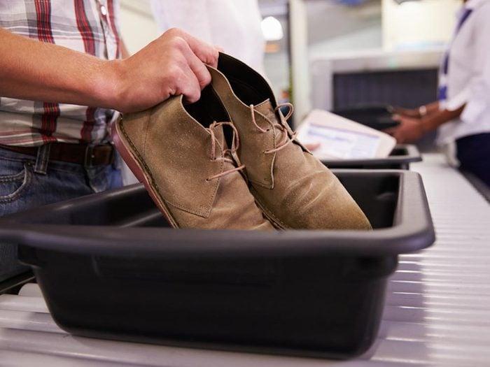 A l'aéroport, portez des chaussettes pour éviter de vous retrouver pieds nus.