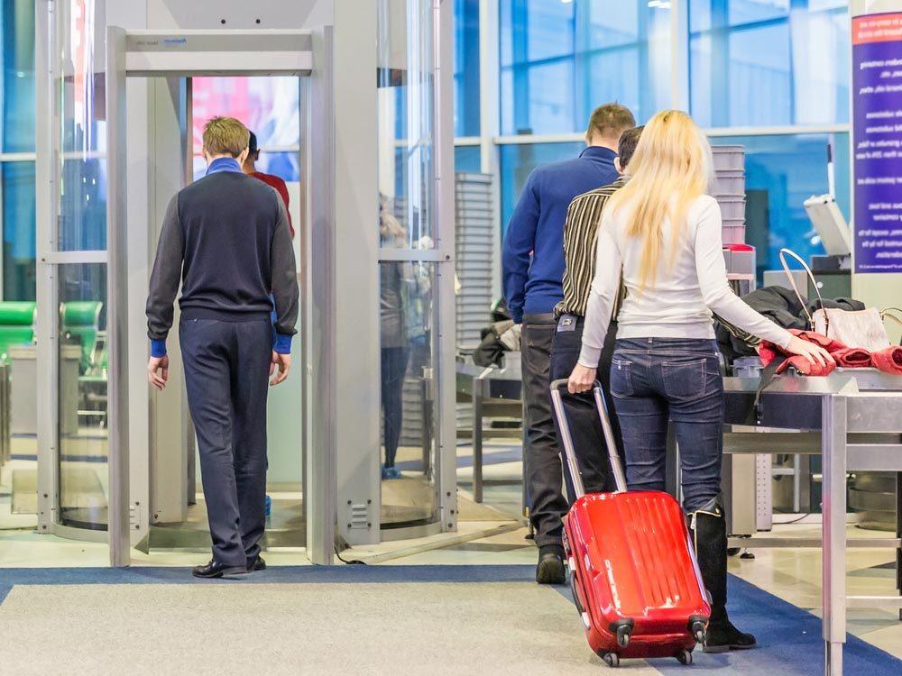 A l'aéroport, ne ralentissez pas la file d'inspection.