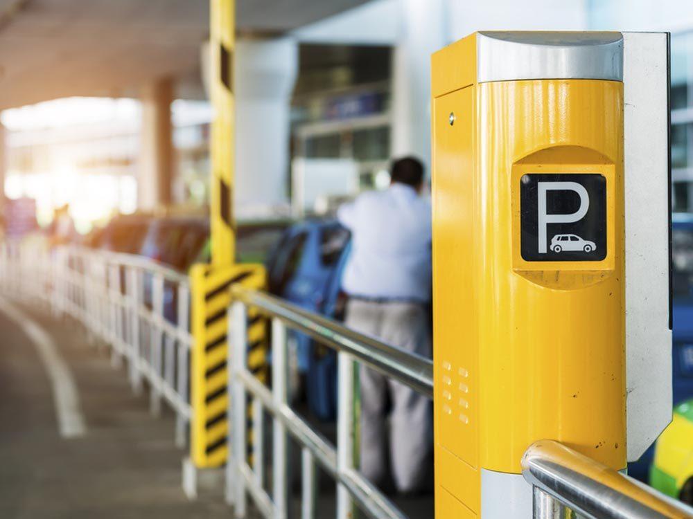 Le stationnement de l'aéroport peut être coûteux.