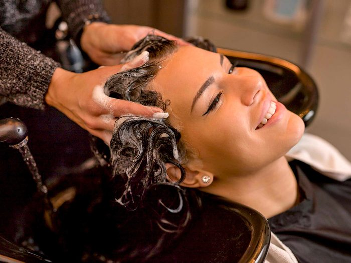Cheveux gras: optez pour un lavage en profondeur.