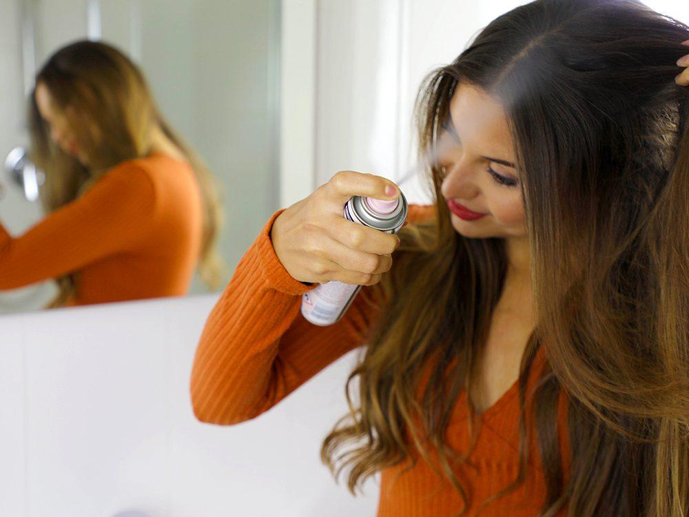 Cheveux gras: doucement avec les shampooings secs.