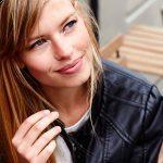 Vous avez les cheveux gras? Voici 8 moyens simples pour les rendre sublimes