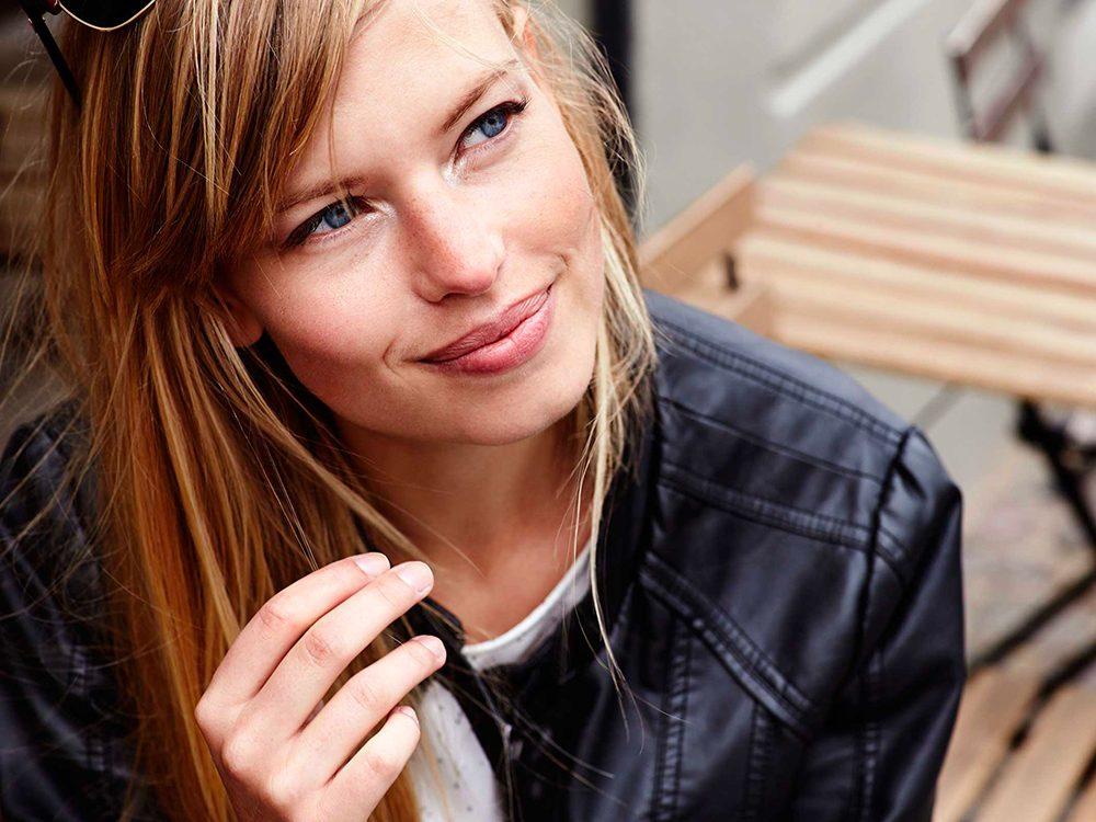 Cheveux gras: arrêtez de vous toucher sans arrêt les cheveux.