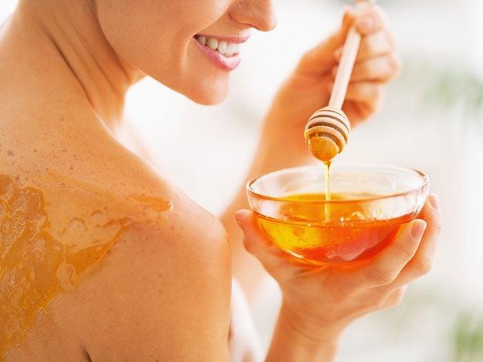 Soulager un coup de soleil avec du miel.