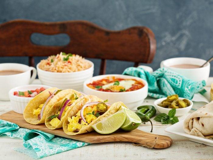 Ces burritos constituent une excellente source de protéines pour le déjeuner.