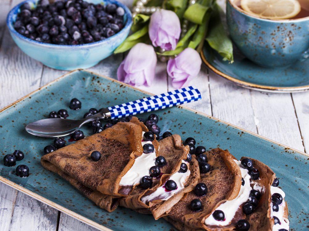Ces crêpes moelleuses parfumées aux bleuets ne comptent qu'une centaine de calories par portion.