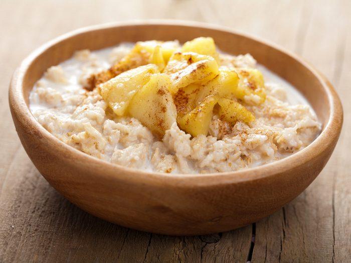 Une recette santé de gruau aux pommes et aux graines de lin.