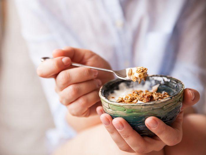 Le muesli maison à faible teneur en gras au petit déjeuner pour perdre du poids.