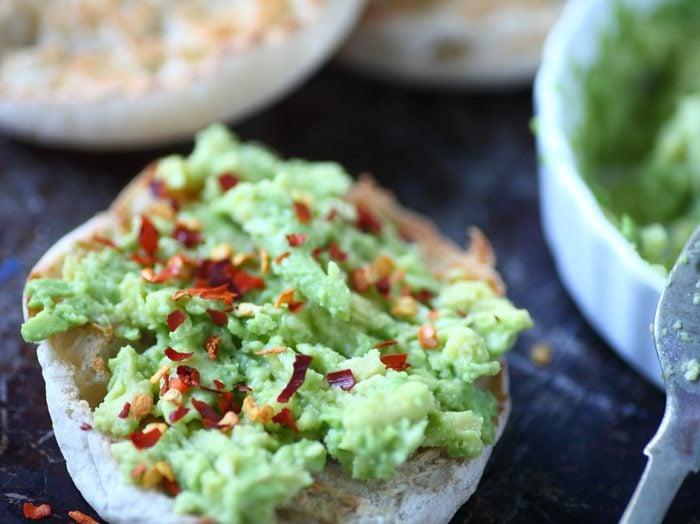 Une recette de légumes à la mexicaine sur muffins anglais pour un déjeuner nutritif.