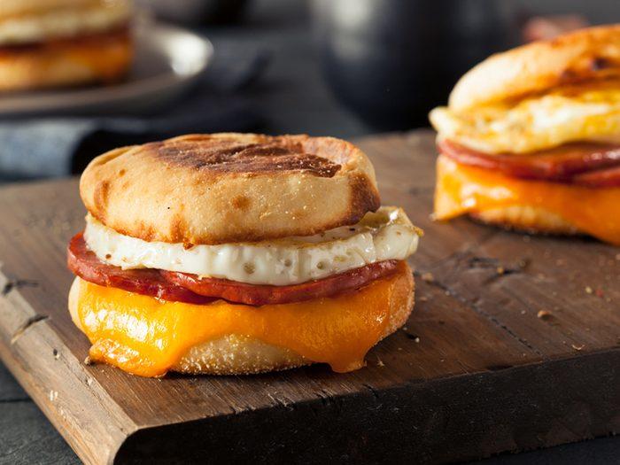 Une recette d'oeufs, bacon et poivron grillé sur muffins anglais.