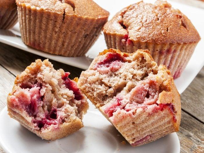 Une recette de muffins aux framboises et amandes pour le déjeuner.