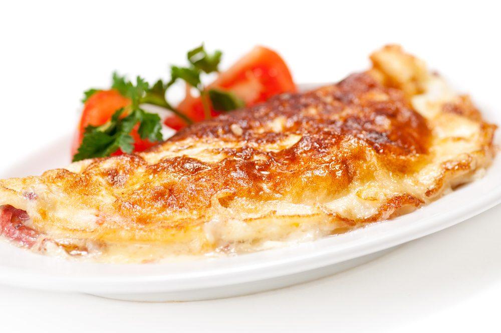L'omelette est un bon plat à manger au déjeuner.