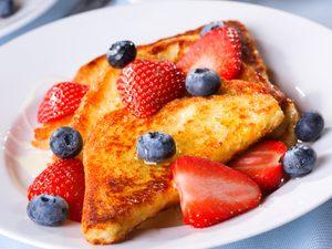 Pain doré garni de fraises