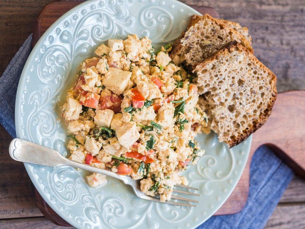 Le tofu brouillé peut aider à maigrir.