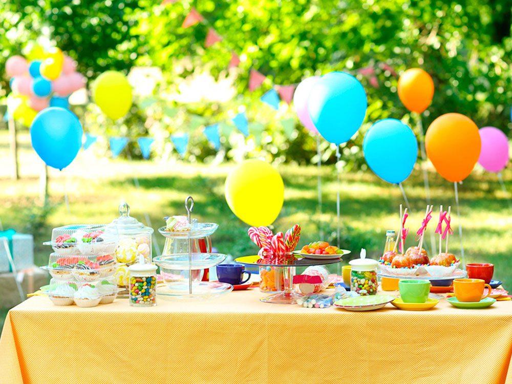 Optez pour une table joliment décorée, mais simple pour votre fête cet été.