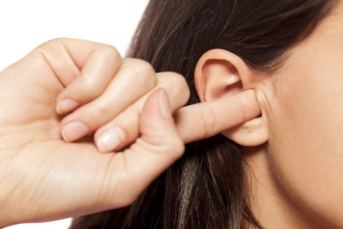 Habitude secrète: goûter à son oreille avec un doigt