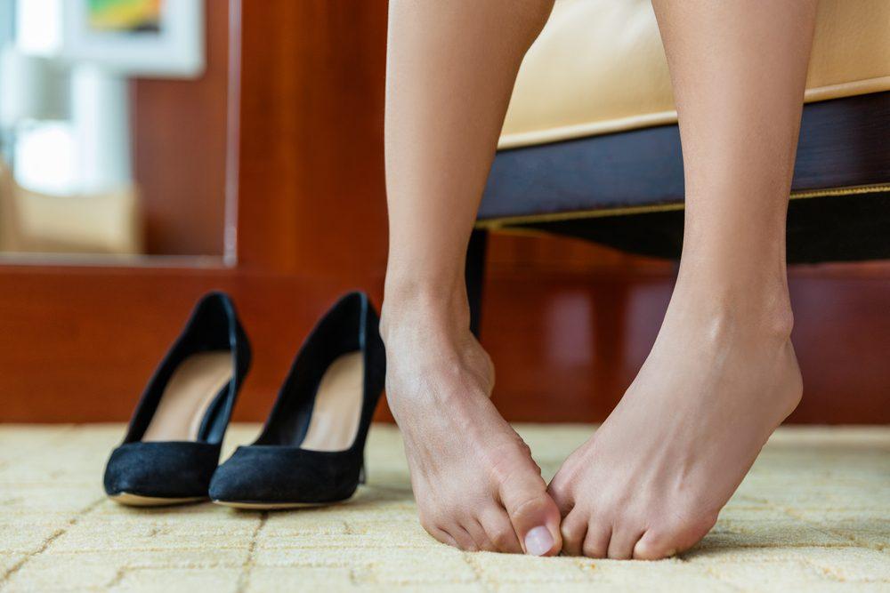 Habitude secrète: vous nettoyer vos orteils avec vos doigts