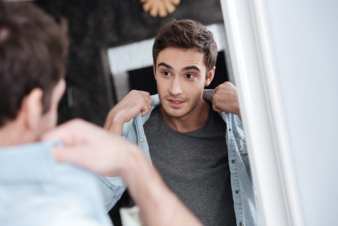 Habitude secrète: se parler dans le miroir