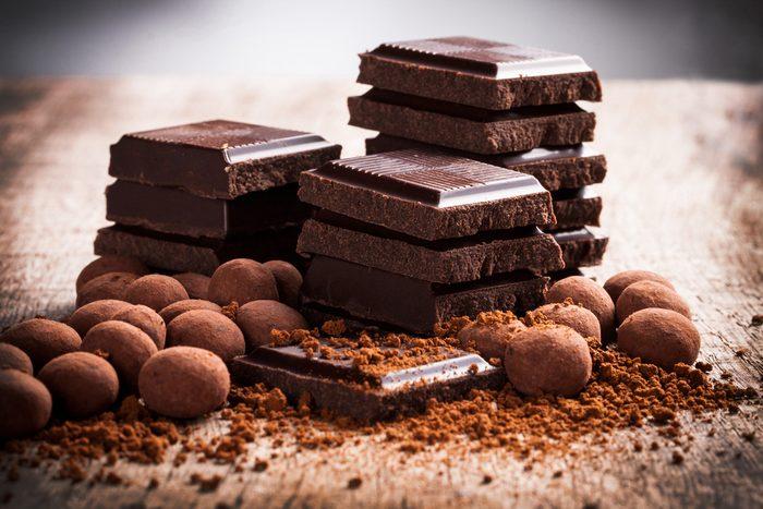 Manger un peu de chocolat noir est bon pour le coeur.