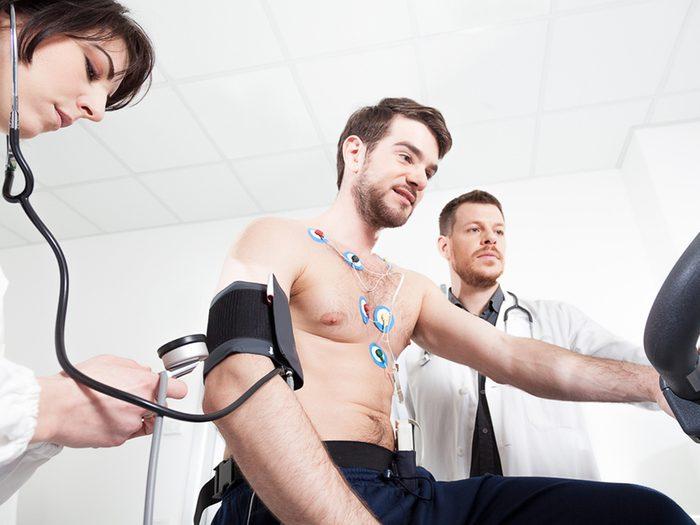 Faire vérifier son coeur régulièrement aide à prévenir les maladies du coeur.