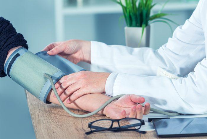 Vérifiez votre pression artérielle pour prévenir les maladies cardiovasculaires.