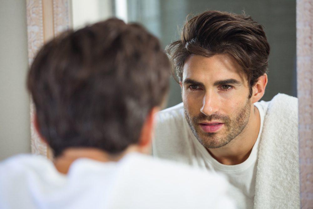 Devant le miroir, regardez-vous droit dans les yeux et dites-vous des compliments et des encouragements.