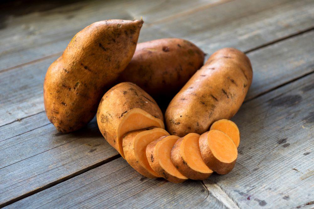 La patate douce est un remède naturel pour les peaux sèches. Elle contient de la vitamine A et du bêta-carotène, des nutriments protecteurs.