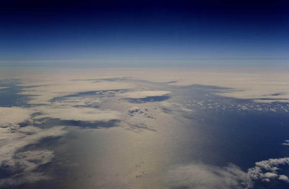 Les effets du mouvement qui tend à rapprocher la Lune et la Terre se traduit en élevant le niveau des océans et donne lieu à ce que l'on appelle les marées.