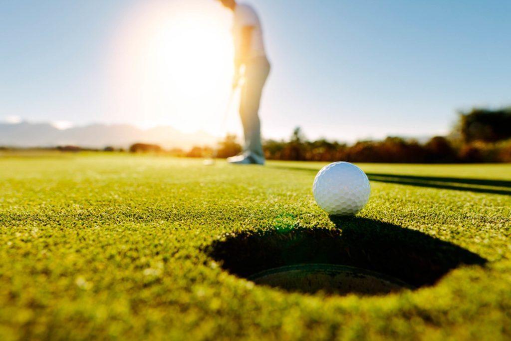 La pratique du golf est synonyme de compagnie et permet de créer des liens, tout en développant une fibre compétitive.