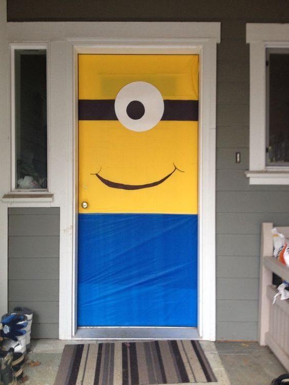 Votre porte d'entrée sera bien plus accueillante si vous la décorez comme si c'était un Minion qui souhaitait la bienvenue à vos invités