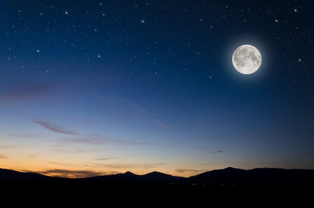 On ne voit qu'un seul côté de la Lune! Sa durée de rotation et celle de sa révolution étant pratiquement les mêmes, une seule et même face de la Lune s'offre ainsi à nous.