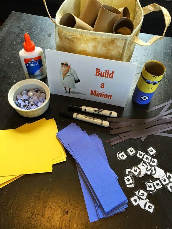 faites une station de bricolage et perMettez aux enfants de créer son propre personnage.
