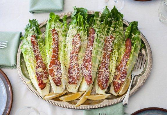 Une salade César sur un plateau.