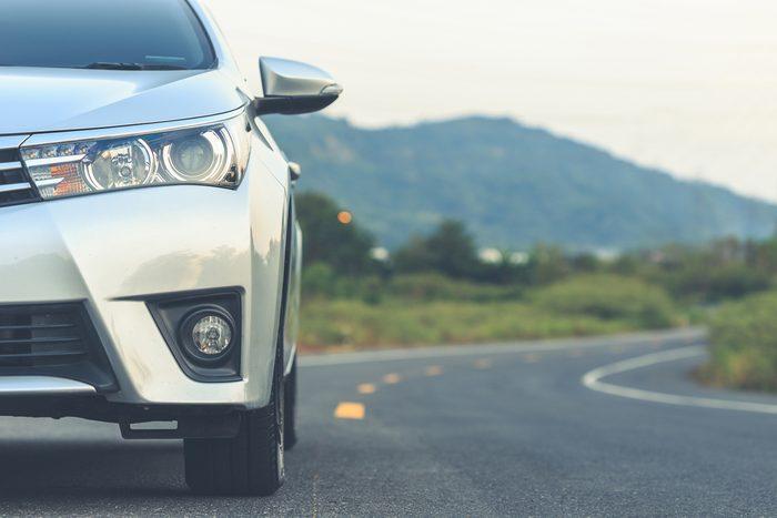 La fiabilité est un critère primordial. Le véhicule choisi doit avoir une bonne tenue de route et s'ajuster aux différentes situations routières.